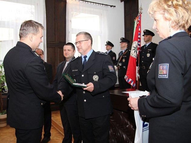 Šestadvacet nejlepších policistů z územního odboru Ústí získalo u příležitosti 25. výročí Policie ČR medaile Za věrnost.