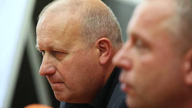 Šéf krajské ČSSD Petr Benda (na snímku vpravo) a šéf KSČM Oldřich Bubeníček na tiskové konferenci.