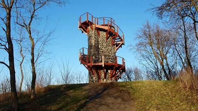 Jedním z možných tipů na vycházku do přírody je návštěva Střekovské rozhledny.