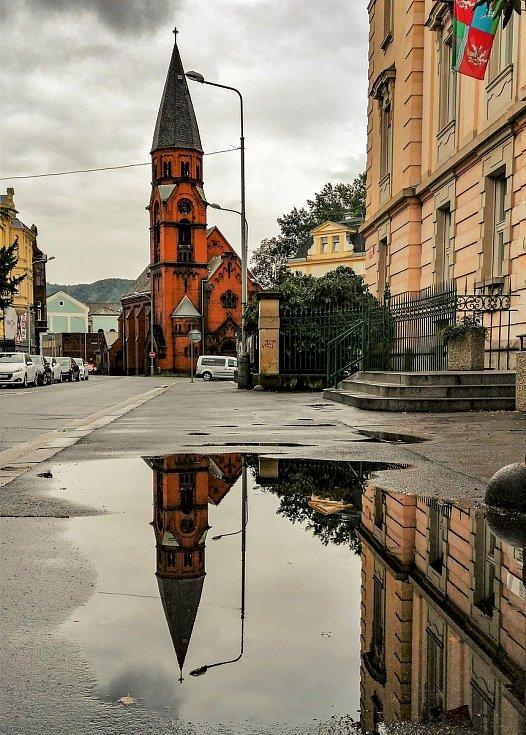 Ústecký fotograf Martin Vodňanský si oblíbil snímky zachycující dominanty města nad Labem v odrazu kaluže. Říká jim loužovky. Na snímku je kostel sv. Pavla.