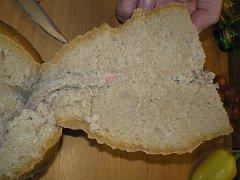 Předmět v bochníku chleba nápadně připomínal ocásek hlodavce. Případ řeší potravinářská inspekce.