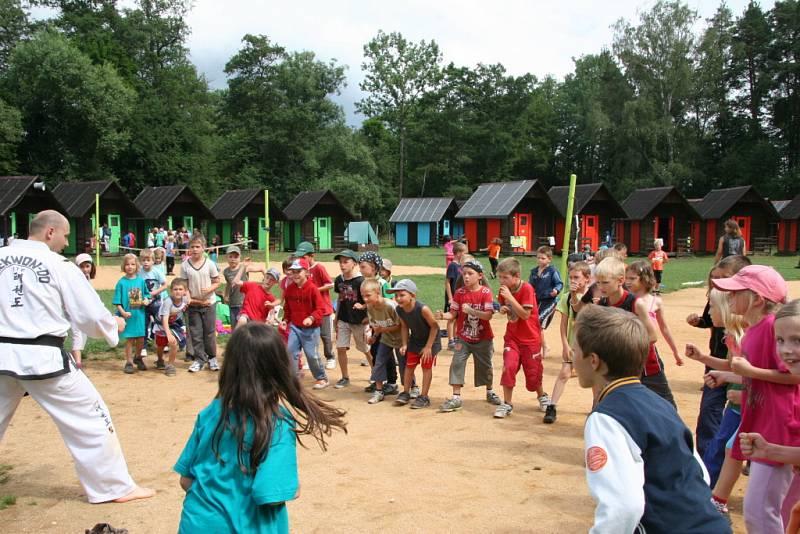 Děti se baví na táboře. Přijeli i taekwon-do mistři.