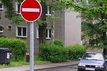 Nové jednosměrky na Bukově zmátly řidiče.