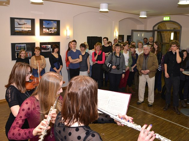 V září 2013 někteří žáci zahráli na hudební nástroje během setkání cestovních kanceláří.
