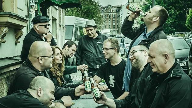 K 25. narozeninám nafotil Jan Šobr kapele Sto zvířat originální snímky.