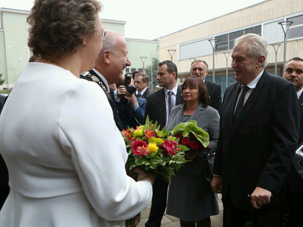 Příjezd prezidentského páru k budově Krajského úřadu.