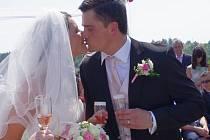 """Snoubenci Pavel Drábek a Nikola Tyrnerová si přišli říci své """"Ano"""" a stvrdit svůj sňatek podpisem v sobotu 27. 7. 2013 ve 14.00 hodin mezi jamky ústeckého golfového hřiště. Oddávajícím byl zastupitel centrálního obvodu Michal Rožec."""