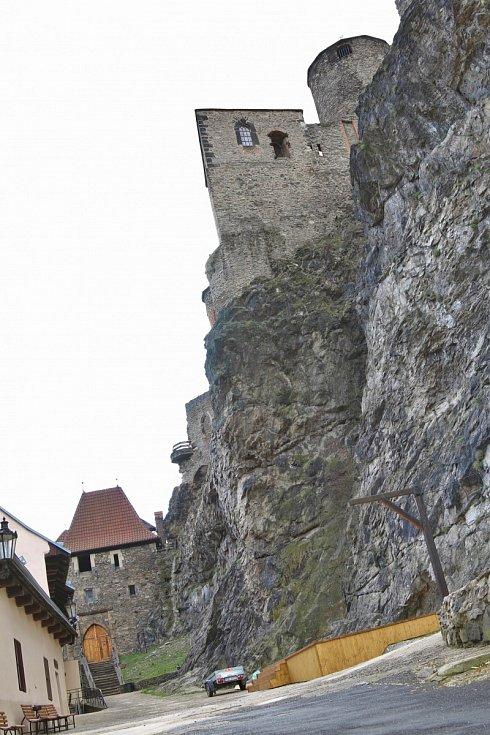Ticho, prázdná parkoviště a zamčená brána. To je současnost hradu Střekov.