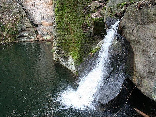 Na první pohled se nezdá, že vodopád není přírodní. Německý nápis souvisí s jeho vznikem.