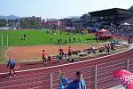Pohled na ústecký stadion v době závodu štafety 4×100 metrů mužů.