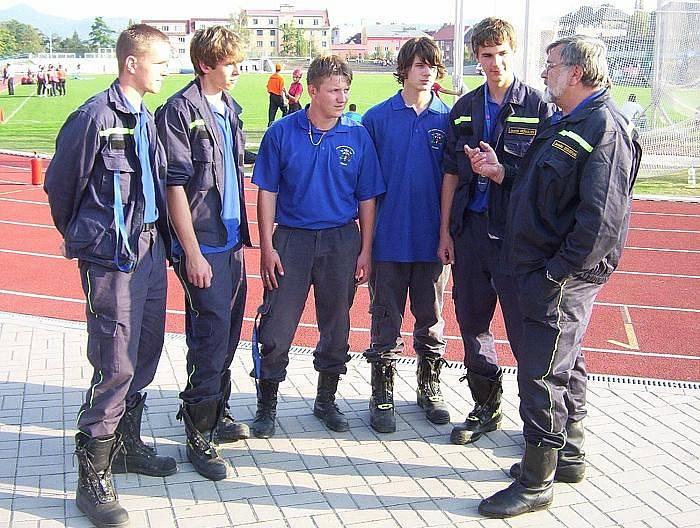 Dva kapsáře již hasiči vyprovodili během dne ze stadionu. Podle telnického starosty a dobrovolného hasiče Jaroslava Doubravy, v obou případech se dva mladší muži snažili okrást přihlížející.
