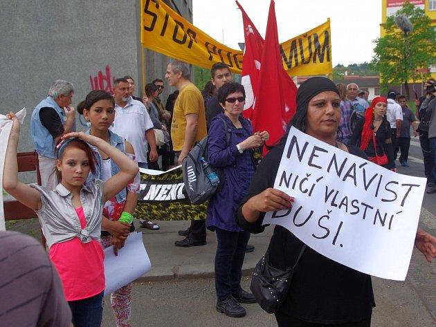 Romové a anarchisté na pochodu Klíšskou ulicí.