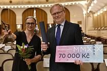 Kurátorka a autorka výstavy Zuzana Vařilová (vlevo) a ředitel Muzea města Ústí nad Labem Václav Houfek při předání ceny Gloria musaealis.