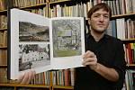 Spoluautor knihy Petr Karlíček ukazuje, jaké úžasné fotografie pořídil fotografující kněz Rudolf Jenatschke po celém severu Čech