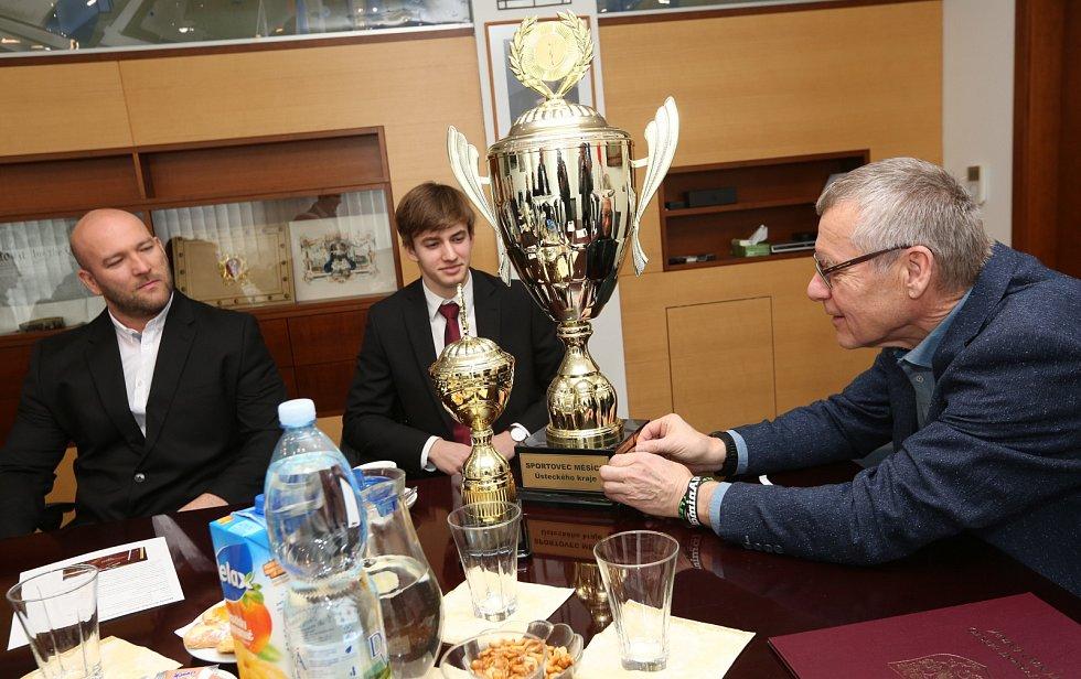 Sportovcem Ústeckého kraje za měsíc únor se stal Matěj Ščerba. Pohár pro vítěze mu předal ústecký primátor Petr Nedvědický