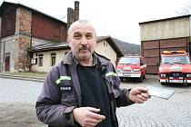 Starosta střekovských hasičů Antonín Bauer před požární zbrojnicí, která ale sídlí v objektu Českých drah.