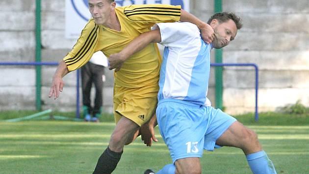 Ve třetím kole nejvyšší krajské soutěže se fotbalisté Střekova a Štětí o body rozdělili, když utkání skončilo 2:2. Na snímku v souboji o míč domácí Žaba (vlevo) a Hamšík.