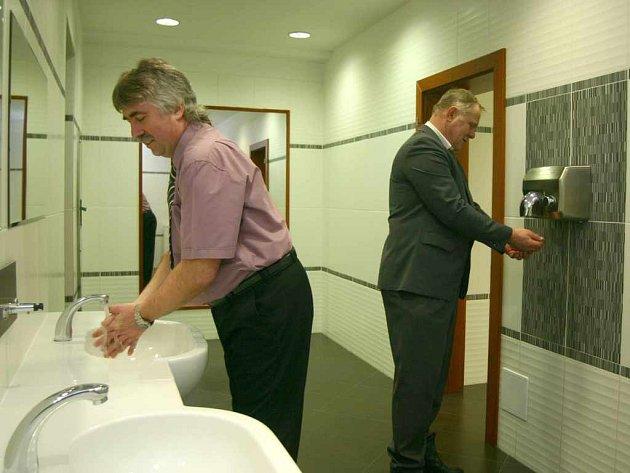 Za zrekonstruované toalety v ústeckém Domě kultury město zaplatilo 12 milionů korun. Cena se nelíbí opozici a věc začali řešit už i zastupitelé města. Nové WC se ale zamlouvá mnoha Ústečanům, pochvalovali si je i Josef Tuček (vlevo) a Jaroslav Šolc.