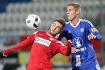 Ústečtí fotbalisté (vlevo Kateřiňák) prohráli v Olomouci vysoko 0:5.