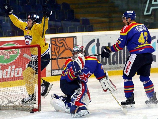Ústečtí hokejisté (žlutí) doma hráli s Českými Budějovicemi.