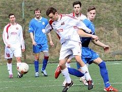 Fotbalisté Hostovic (bílé dresy). Ilustrační foto.