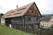 Roubenka z Loubí se proměnila ve skanzenu v Zubrnicích ve vzdělávací centrum pro školy.