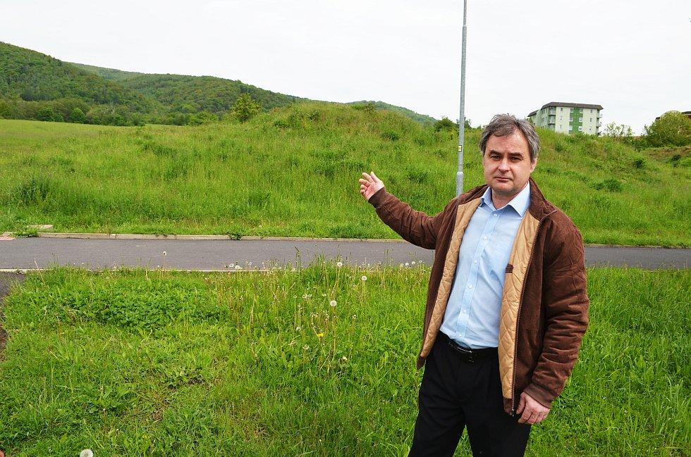 Starosta Chlumce Roman Zettlitzer ukazuje, kde by měl podle plánů být tunel pro vysokorychlostní železnici. Lidem nelíbí, že by to mělo být na dohled od jejich domů.