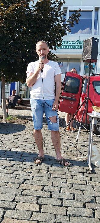 Demonstrace Milionů chvilek proti současné vládě navštívily dvě desítky lidí. Hlavním hostem pořadatelů byl Leo Steiner, známý z kauzy ROP Severozápad, kde figuroval jako hlavní svědek obžaloby.