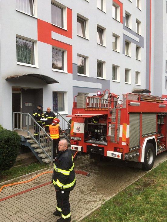 Osm hasičských jednotek zlikvidovalo požár bytu v ulici V oblouku v Ústí nad Labem.