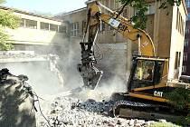 Bourací práce na objektu bývalé nemocnice konečně začaly. Vznikne tam kampus