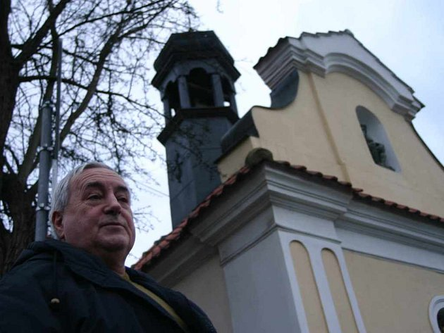 František Krejčí ze Sebuzína před místní kaplí