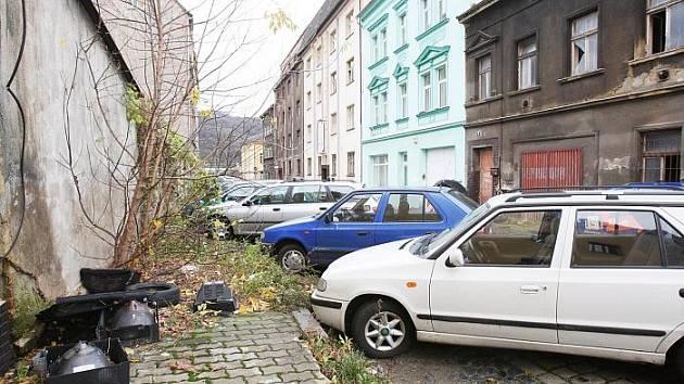 Díra na díře. Tak dnes vypadá ulice U České besedy. Bude ještě dlouho. Hlavní partner stavby obchodního centra krachnul.