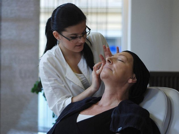 Kosmetička Míša Šedivá při tvorbě make-upu.