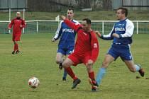 Fotbalisté Hostovic (modří) překvapivě vyhráli na hřišti Benešova.