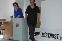 Příprava volební místnosti.
