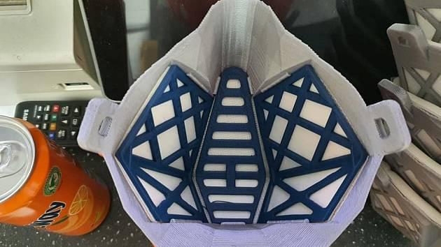 Tisk masek na 3D tiskárnách ukazuje iniciativa 3D tiskem proti viru na facebooku