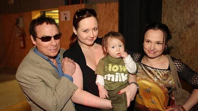 Jan Saudek přiveze do Klášterce část své početné rodiny. Na snímku s přítelkyní Pavlou Hodkovou, synem Matějem a dcerou Marií Havlenovou – Saudkovou. Uvidíte je v galerii Kryt.