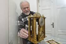 Ústečan Pavel Pitelka instaluje do vitríny v Muzeu města Ústí nad Labem repliku barokních hodin, na kterých pracoval dvacet let a jejichž obrázek ho kdysi zaujal v kalendáři.