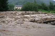 Těchlovice a železniční přejezd Horní Lhotka. Obec byla kompletně odříznuta od světa (7. 8. 2010)