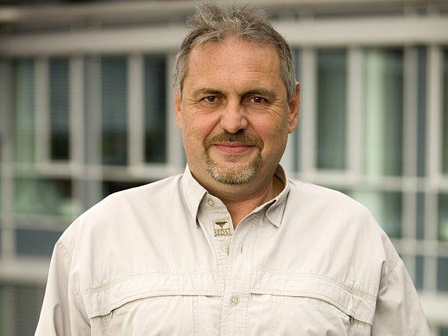 Ocenění Dobrovolník roku převzal Petr Macák z rukou výkonné ředitelky lidských zdrojů společnosti T-Mobile Uršuly Králové.