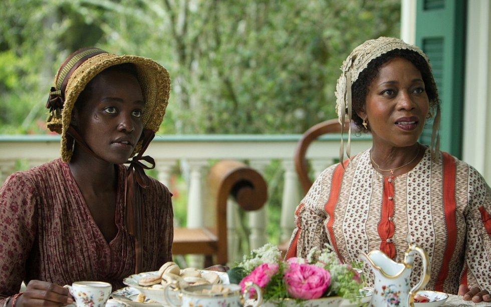 Je řada důvodů, proč si nový snímek režiséra Steve McQueena, film na téma otrokářství, nenechat ujít.