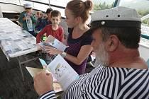 Pohádky dětem ve čtvrtek na lodi Marie předčítal kapitán Ivo Jiroušek.