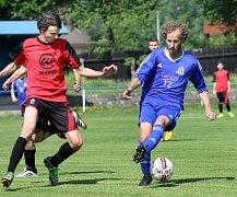 Fotbalisté Chabařovic (v modrém) si poradili s Hostovicemi 4:2. Foto: Deník/Rudolf Hoffmann