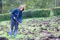 Místo odpočinku na chalupě museli Brichtovi vzít do ruky hrábě a opravit trávník, který jim rozryli divočáci.