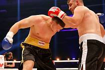 Ústecký boxer Tomáš Šálek (vlevo) premiéru v profesionálním ringu zvládl.