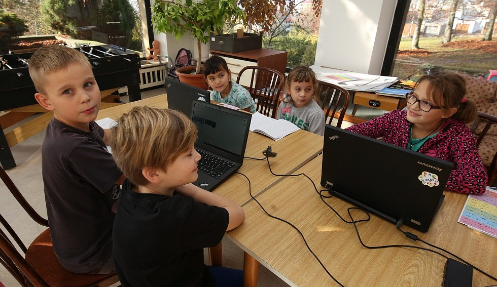 V dětském domově v Litoměřicích mají problém děti s distanční výukou, mají totiž zastaralé počítače, které jsou pomalé.
