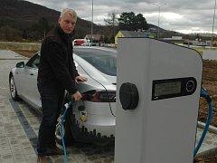 Elektromobil používá i ústecký zastupitel Martin Hausenblas. Jeho vůz dojede na jedno nabití až 400 kilometrů. Dobíjecí stanici má u sídla své firmy Adler v Ústí nad Labem.
