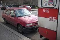 Dopravní nehoda automobilu s trolejbusem v centru města.