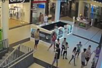 Policisté hledají chlapce, kterého napadli výtržníci v obchodním centru Forum.
