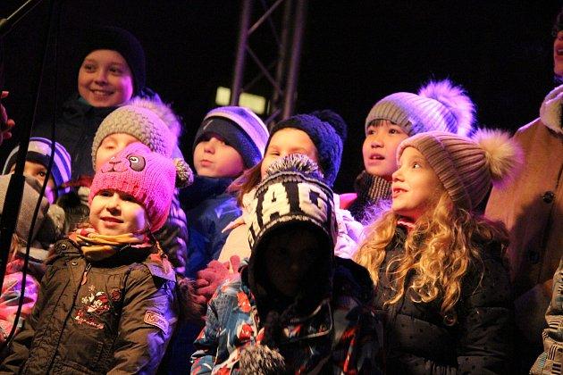Poprvé tolik návštěvníků mělo rozsvěcení vánočního stromu na Střekově, čtvrti Ústí nad Labem ležící za vodou.